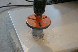 Bekannt Ein Loch in eine Fliese bohren, hämmern und schneiden - Tipps VJ81