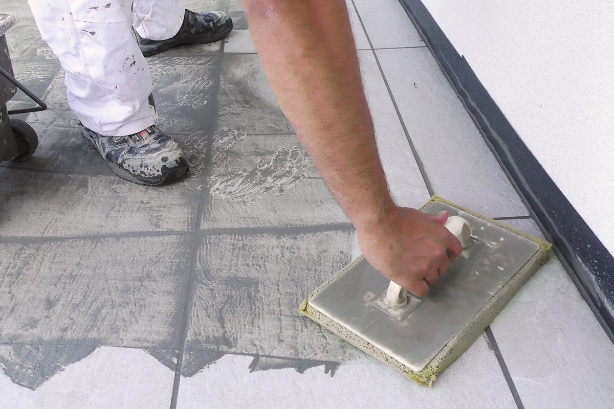 terrassenplatten verfugen - anleitung @ diybook.at