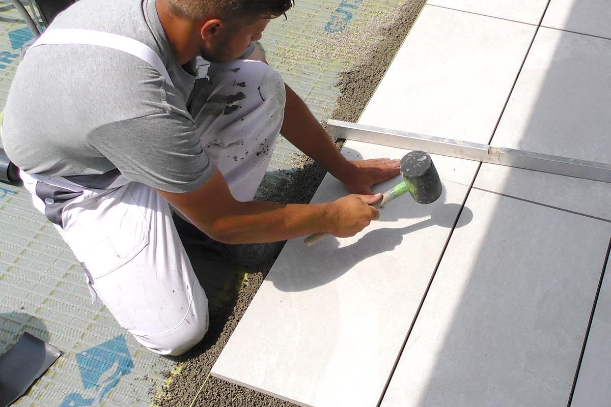 Outdoorküche Klein Verlegen : Terrassenplatten richtig verlegen: mit drainmörtel und klebemörtel