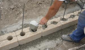 gartenmauer selber bauen das errichten einer betonsteinmauer. Black Bedroom Furniture Sets. Home Design Ideas